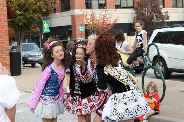 dancinggirls.jpg