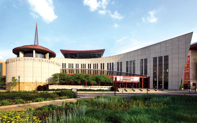 Country_Music_Hall_of_Fame_and_Museum_Exterior_-_Summer.jpg