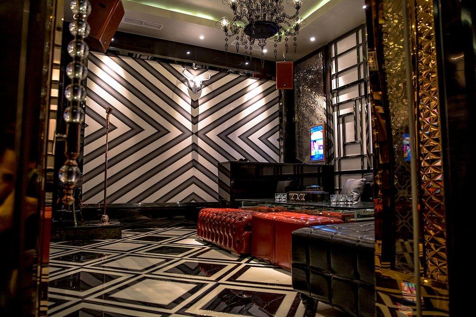 St. Louisu0027 first full-scale karaoke lounge opened its doors last night in University City. Take one step inside W Karaoke Lounge and youu0027ll feel youu0027ve ... & W Karaoke Lounge in The Loop - URBAN STL