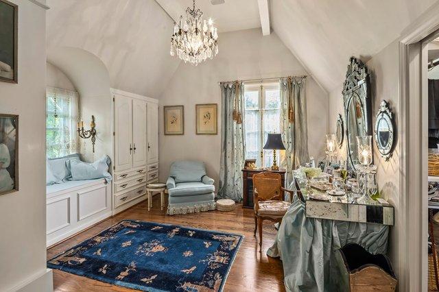 5Chateau_sittingroom.jpg