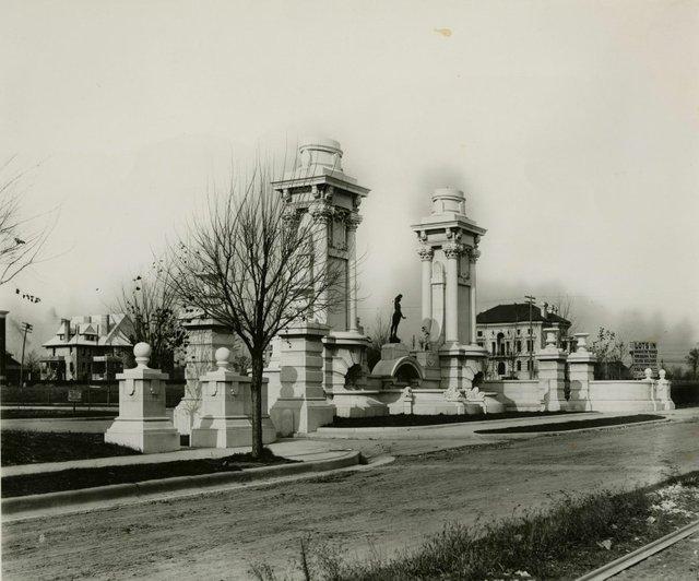 Barnett, Haynes & Barnett, Kingsbury Place Gates, Photograph by William Swekosky, Missouri History Museum, N07504.jpg
