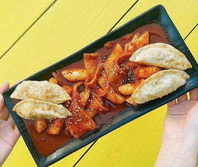 Spicy rice cake and fish cake and mandu.jpg